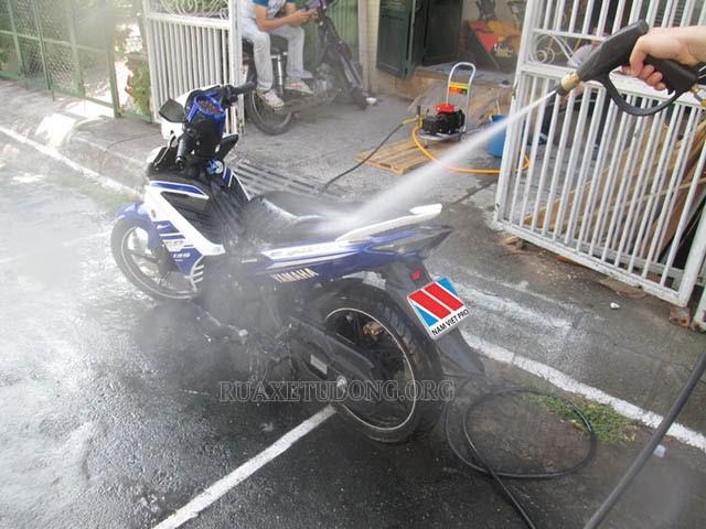 xịt rửa xe tại nhà